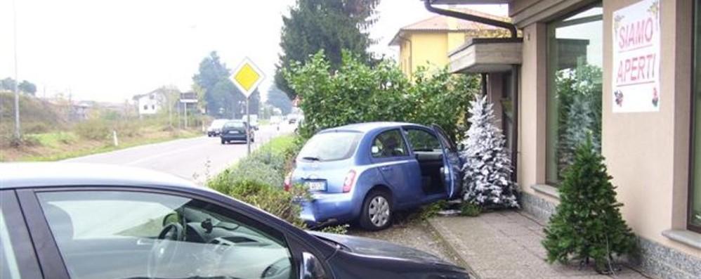 Tamponata, finisce con l'auto nella vetrina di un negozio