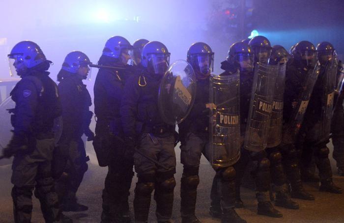 La polizia schierata allo stadio