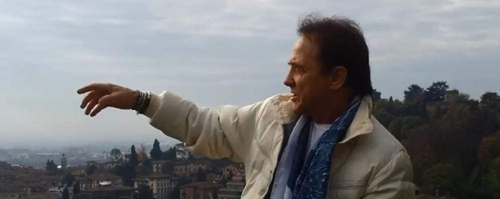 Guarda chi c'è sulle mura Roby Facchinetti saluta in un video