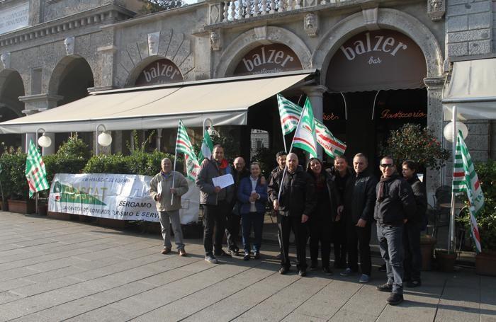 Il  presidio dei lavoratori davanti alla pasticceria Balzer