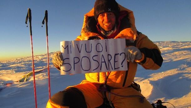 A 8.000 m. chiede fidanzata di sposarlo