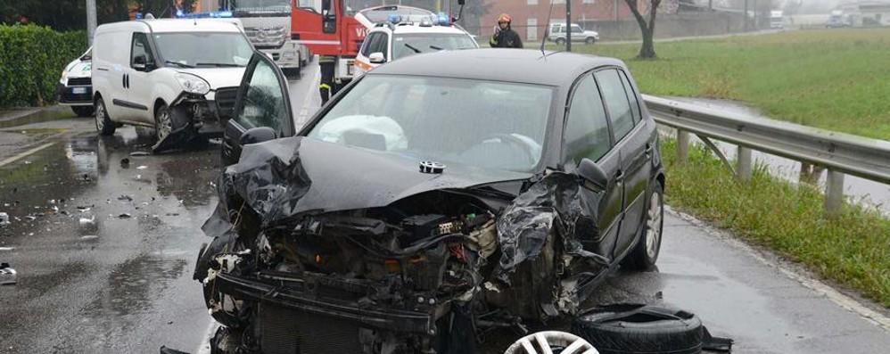 Carambola fra auto a Treviglio Tre feriti e paura in via Brignano
