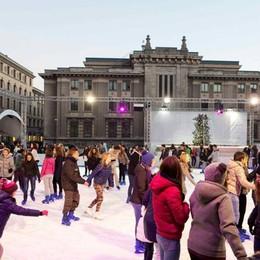 Pattini, ghiaccio e allegria nella pista di piazza Libertà