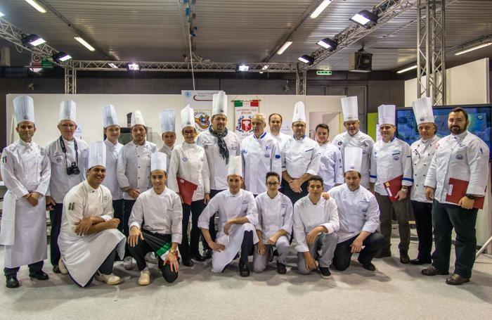 Gruppo di cuochi sfidanti per gara di cucina