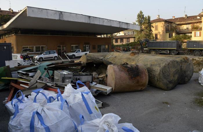 Il cantiere nell'ex distributore di via Moroni