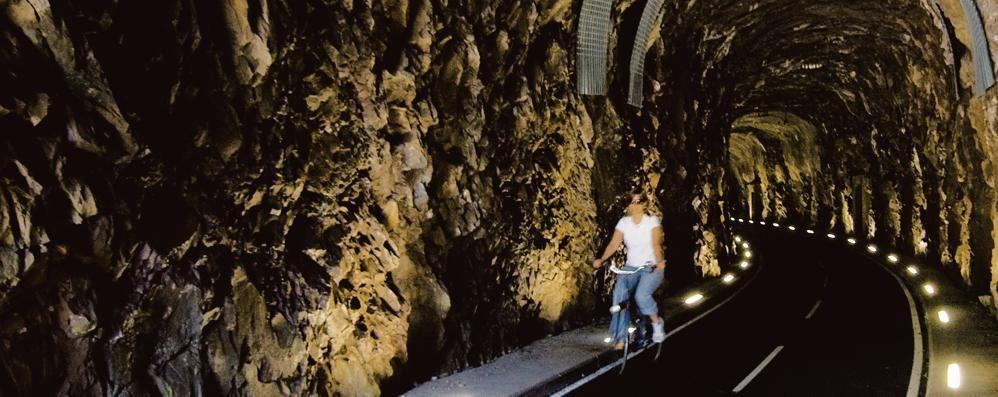 Ciclabile, stop agli incidenti  Luci nelle gallerie della Val Brembana