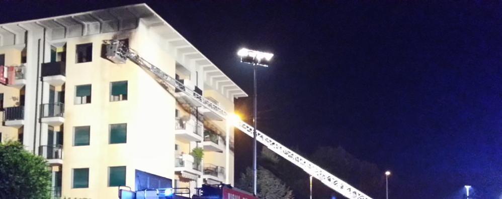 Tragedia sfiorata a Torre Boldone Brucia appartamento, è polemica