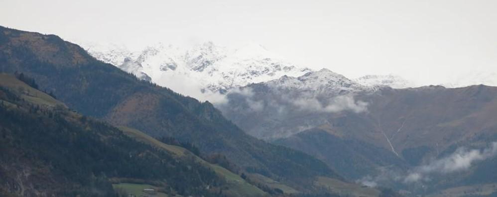 Ecco la prima neve in montagna E i fiumi restano sotto osservazione