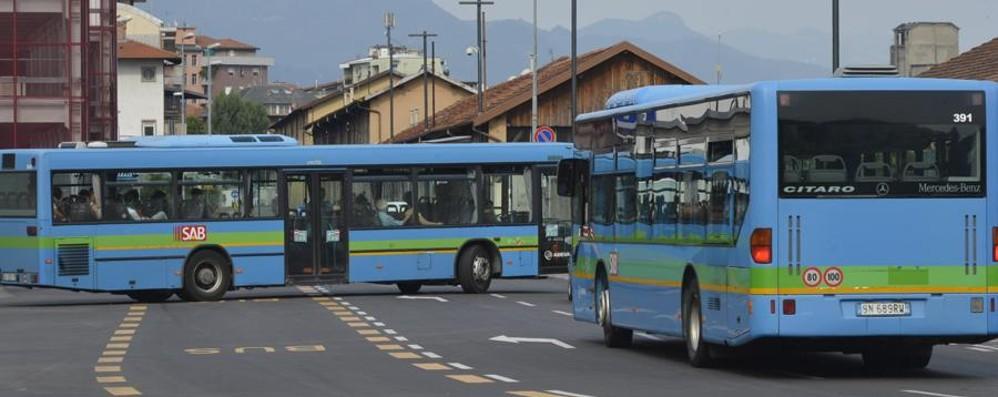 Bus pieni, l'autista chiama i carabinieri I genitori: «Studenti lasciati a piedi»