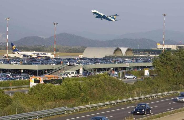 Un aereo in decollo dall'aeroporto di Orio
