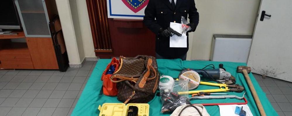 Viaggiano indossando guanti di lattice Folle inseguimento, albanese arrestato