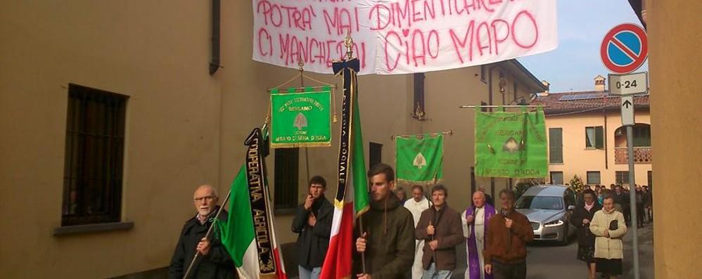 Trattori e striscioni per l'addio a Michel Calvenzano, il mondo agricolo in lutto