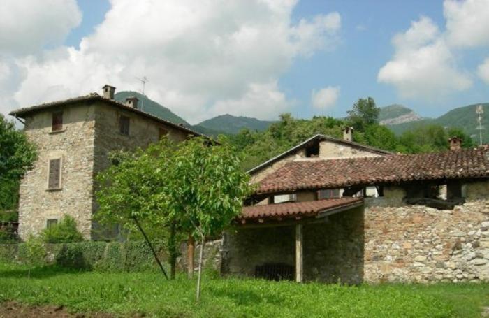 La casa di Giacomo Puccini a Caprino Bergamasco. Sopra la casa natale di Angelo Mai a Schilpario