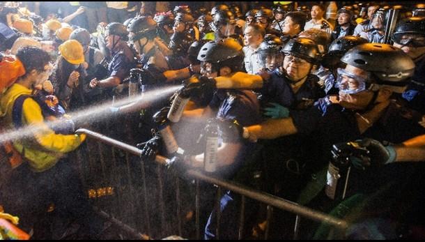 Hong Kong: notte di scontri, 40 arresti