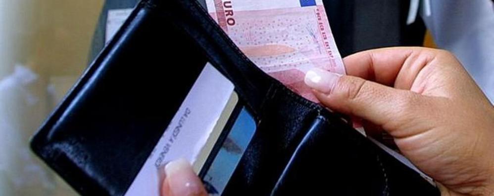 Trova documenti e denaro di un anziano Albanese restituisce tutto alla polizia
