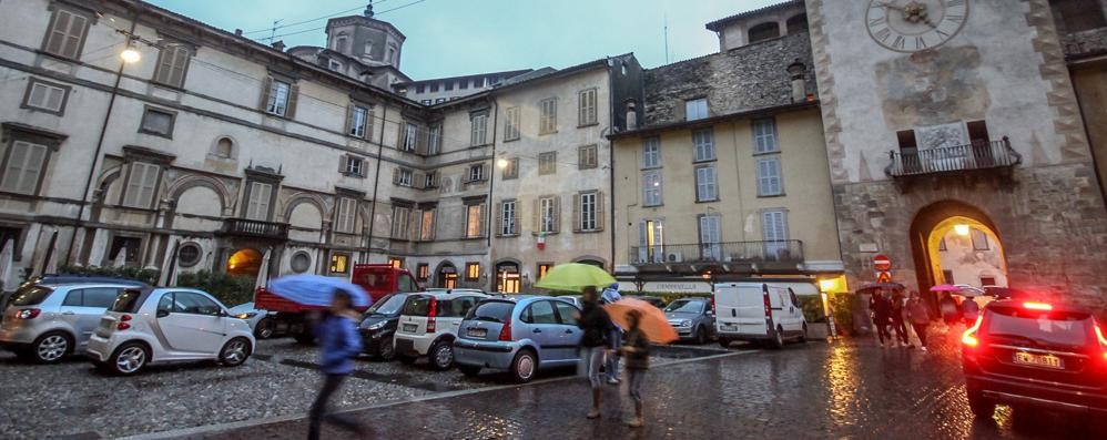 Basta auto in piazza Mascheroni Divieto di sosta, trasloca il mercato