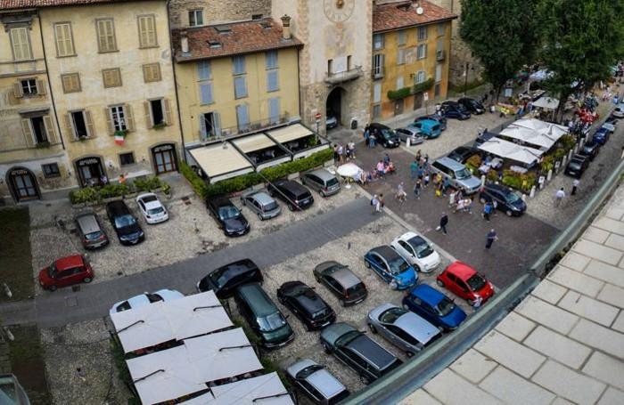 La piazza Mascheroni: basta parcheggi
