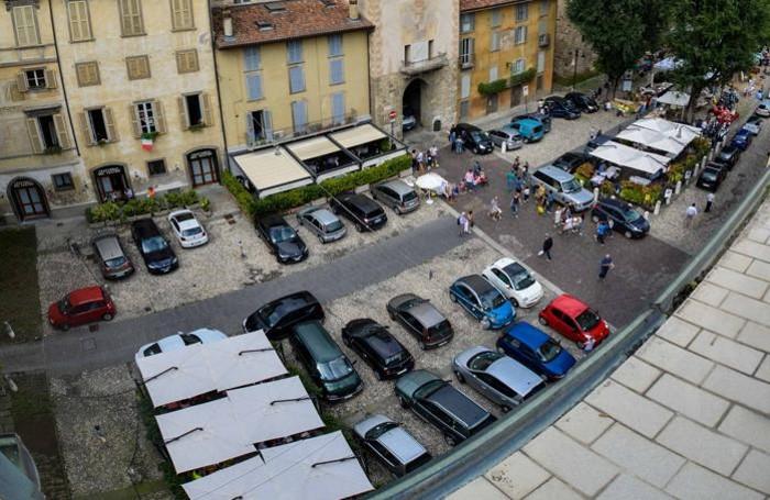 Piazza Mascheroni con le auto in sosta