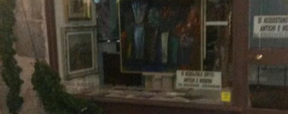Vandali in azione in Città Alta Colpite le luminarie della Corsarola