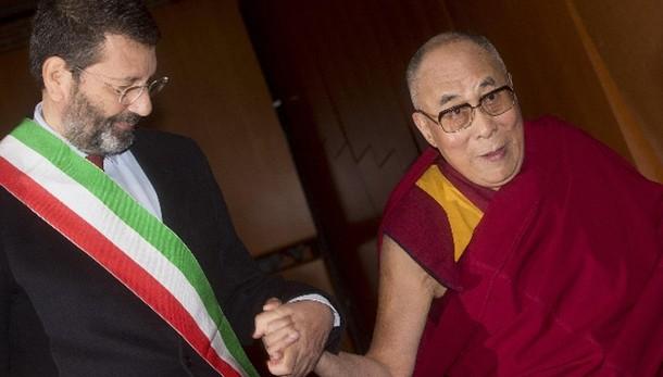 Summit Nobel pace, ovazione a Dalai Lama