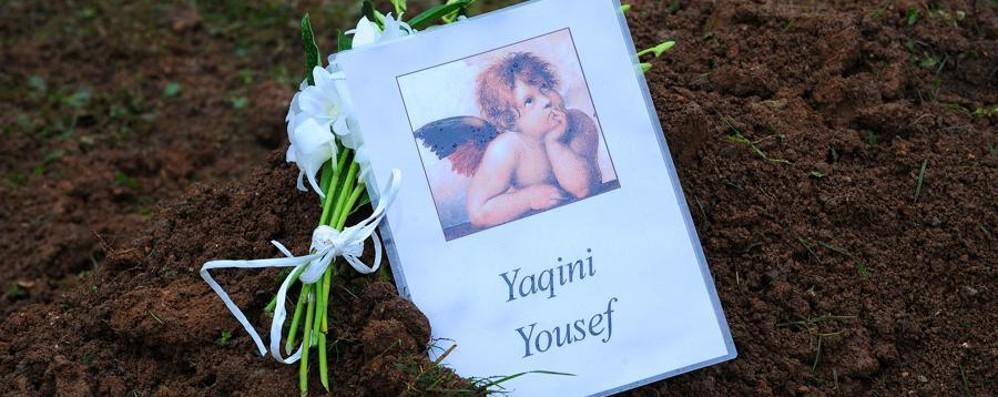 Il piccolo Yousef ora riposa in pace con un mazzo di fiori e un angioletto
