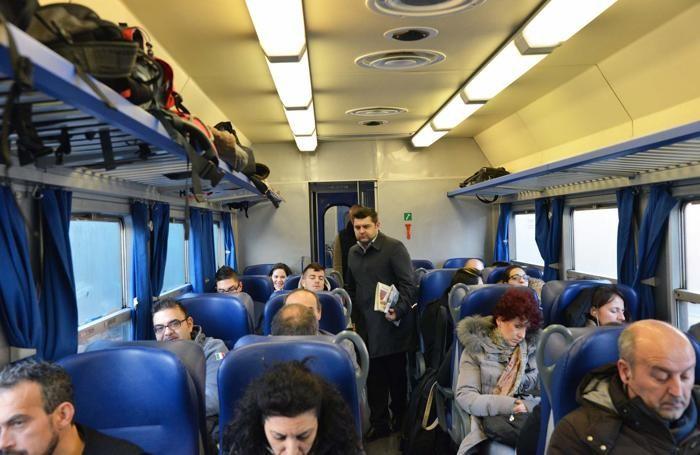 Il neoassessore regionale Alessandro Sorte sul treno da Treviglio a Milano