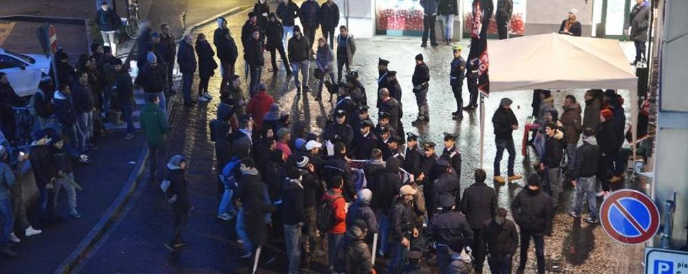 Tensioni tra Centri sociali e Forza Nuova Passante ferito da un sasso a Treviglio