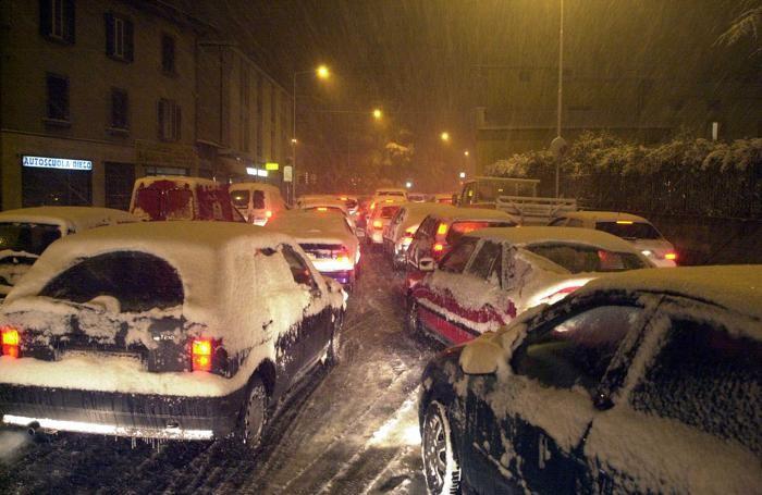 Code di auto durante una recente nevicata