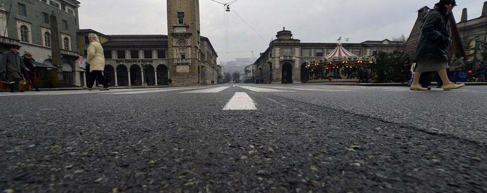Lo stop al traffico svuota la città Semideserte le vie attorno al centro
