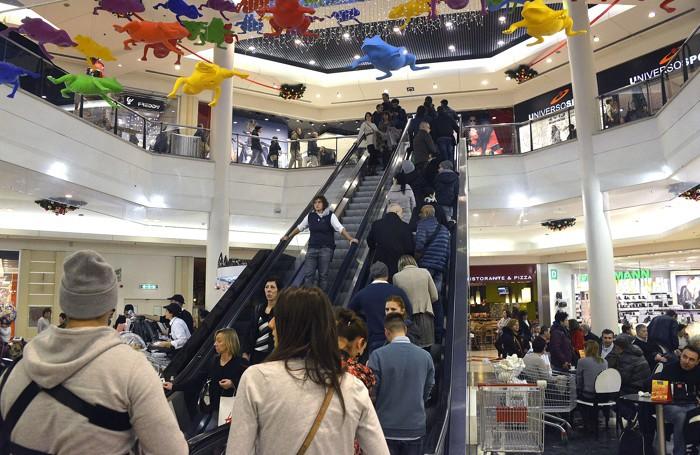Tanta gente nei centri commerciali come Oriocenter