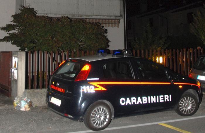 I carabinieri fuori dal condominio di via Scotti