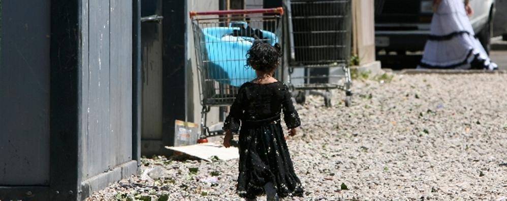 Zingarella sola per strada: «È abituata» Padre assolto dall'abbandono di minore