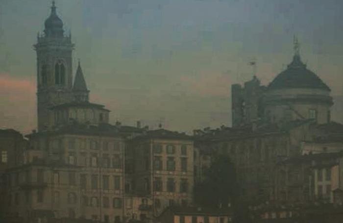 Città Alta vista da Mood Bergamo. Sopra una foto di Barbara Rossi sempre dedicata allo storico borgo