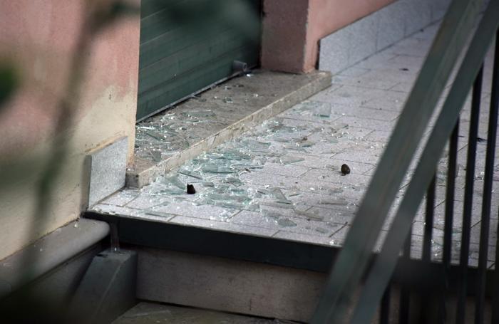 Il vetro rotto dai delinquenti nella villetta di via Leoncavallo alla Malpensata