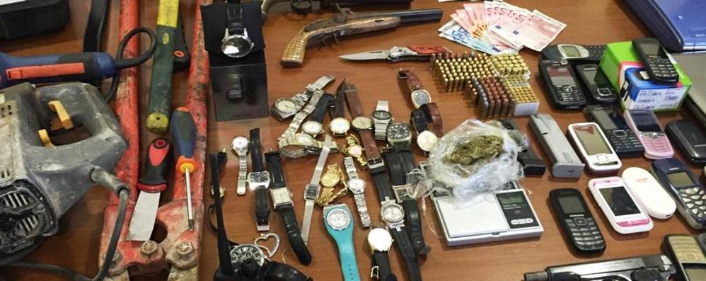 Furti, due albanesi in manette In casa armi, oro e divise della polizia