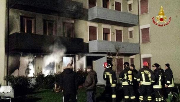 Incendio in condominio, 6 feriti