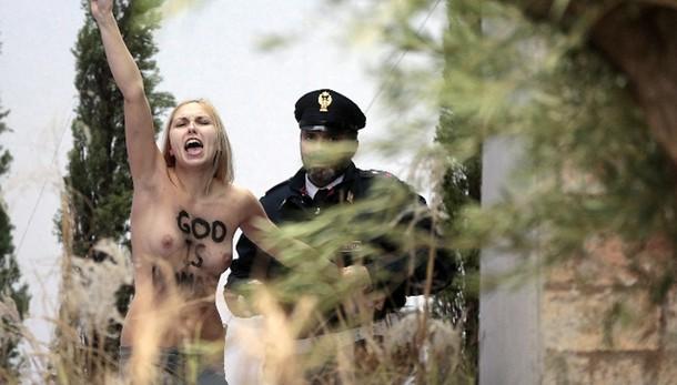 Protesta Femen in presepe San Pietro,