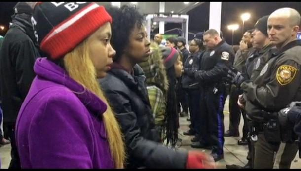 Usa: giovane nero ucciso, arresti
