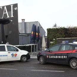 Scopre i ladri durante il raid in discoteca Agente aggredito con un'asse di legno