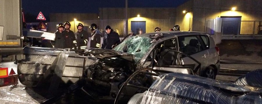 Auto sbanda e finisce sotto un camion  Cinque feriti a Mornico, tragedia sfiorata