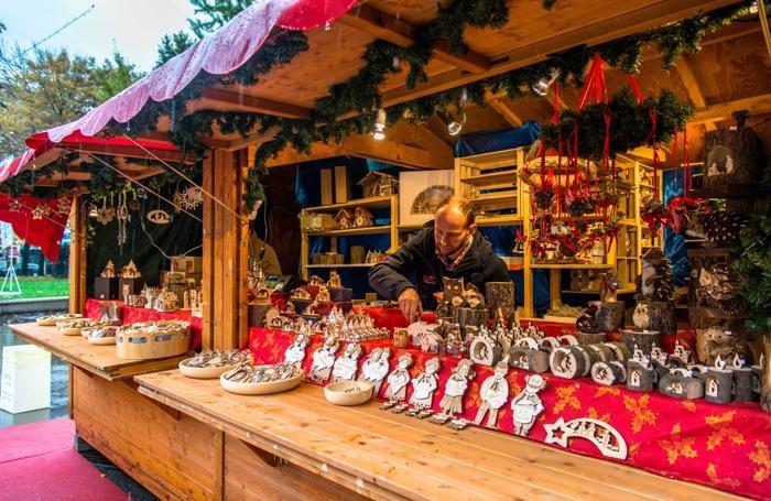 Shopping al Villaggio di Natale in piazzale Alpini