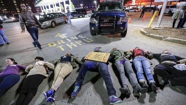 Nero soffocato,proteste e arresti in Usa