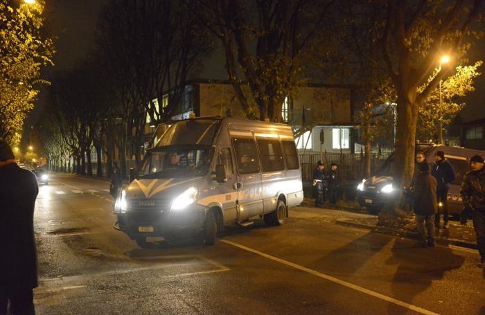 Mobilitazione della polizia davanti al carcere