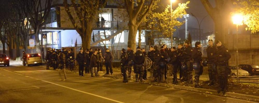 Polizia mobilitata davanti al carcere Ma gli ultrà dell'Atalanta non arrivano