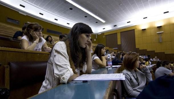 Soldi in cambio esami,denunciato ex prof