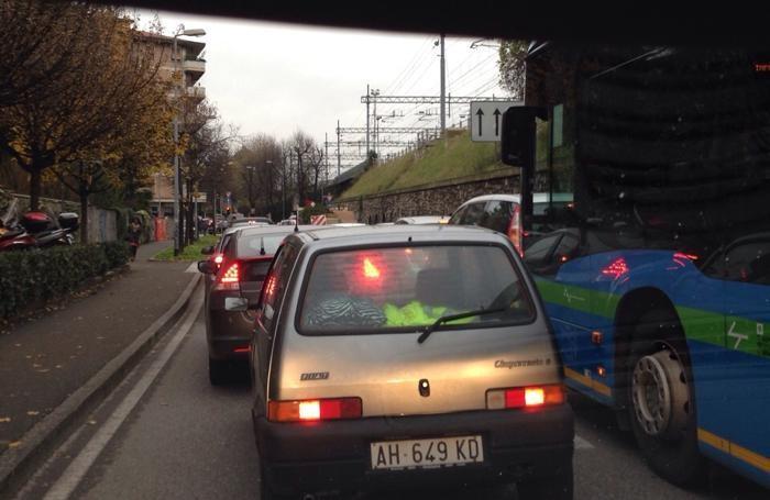 Traffico paralizzato dai lavori in via Paglia