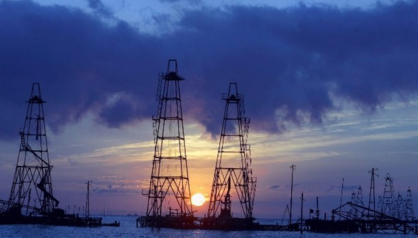Petrolio: resta debole a 53,74 dollari