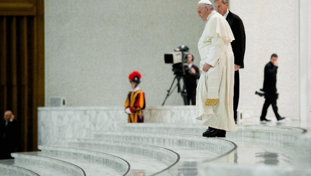 Papa:poveri non siano occasione guadagno
