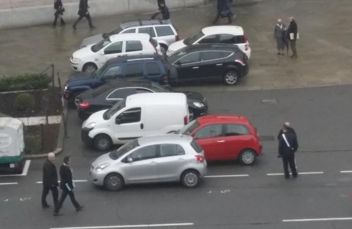 Auto parcheggiate in evidente divieto di sosta davanti a Palafrizzoni