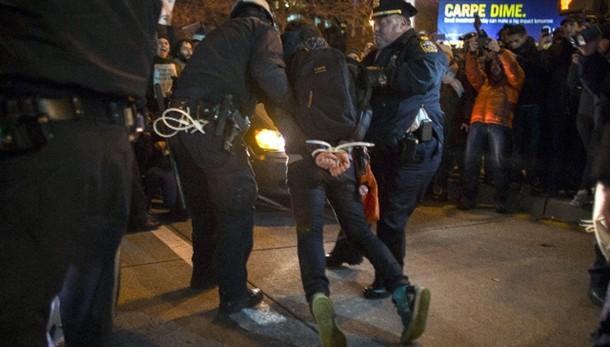 Usa: polizia violenta, monta la protesta